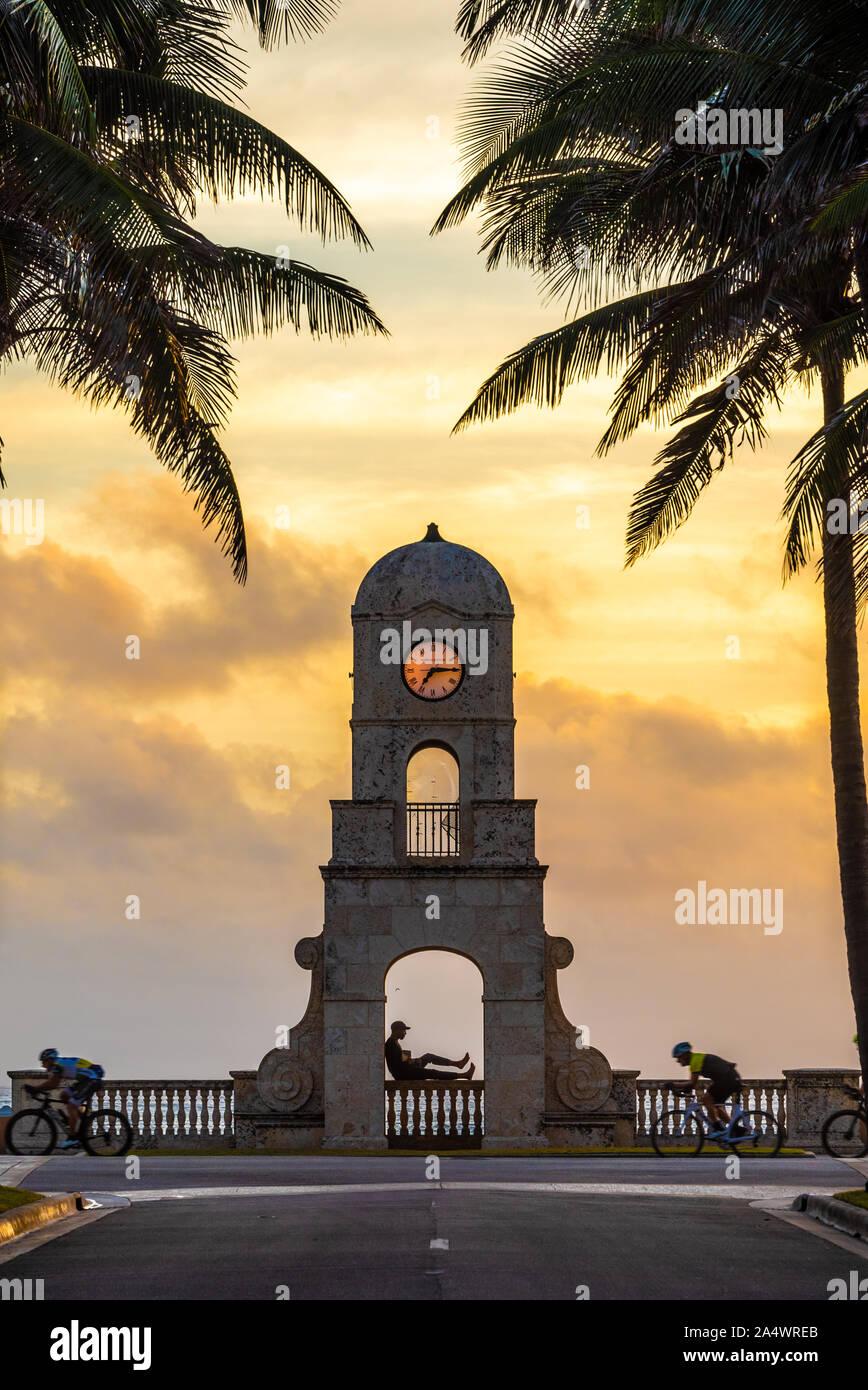 Torre del Reloj en la playa al amanecer en South Ocean Boulevard en Worth Avenue en Palm Beach, Florida. (Ee.Uu.) Foto de stock