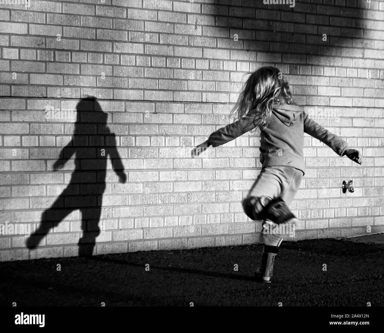 Bailando con su sombra Foto de stock
