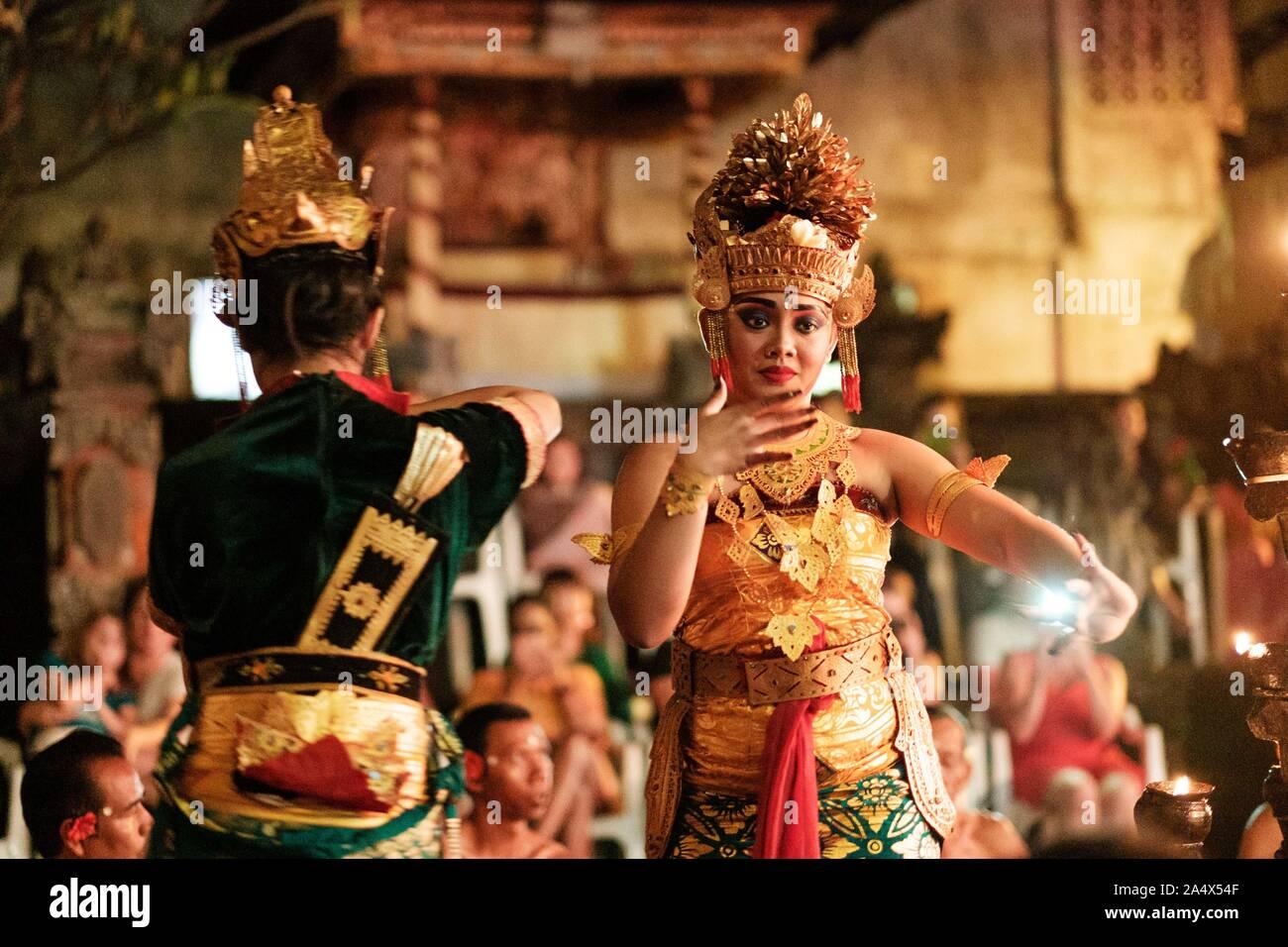 Kecak danza tradicional balinesa en traje Foto de stock