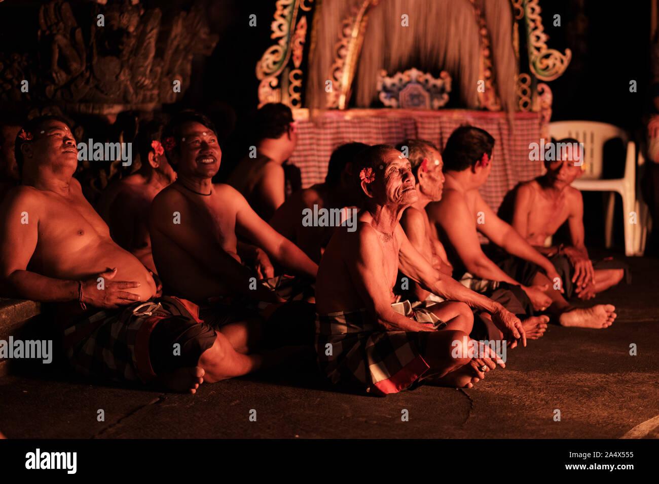 Los ancianos de las tribus participantes Danza Kecak Foto de stock