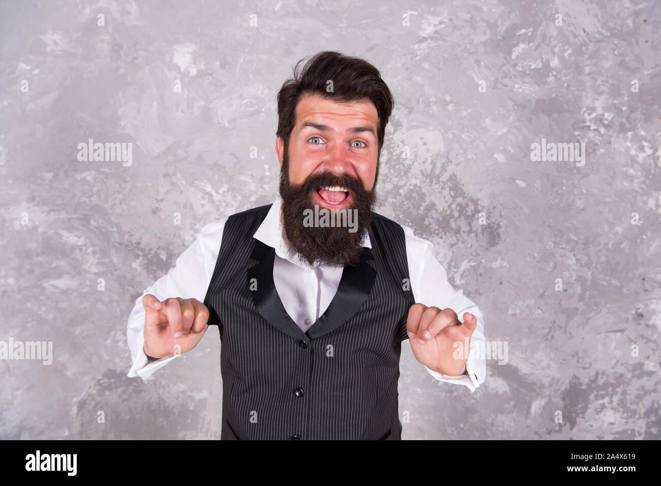 Hora de baile. Feliz el hombre judío danza sobre pared abstracta. Hombre Barbado danzas folklóricas israelíes melodía. Celebraciones judías. Música para fiestas judías. Tradiciones de danza folclórica. Foto de stock