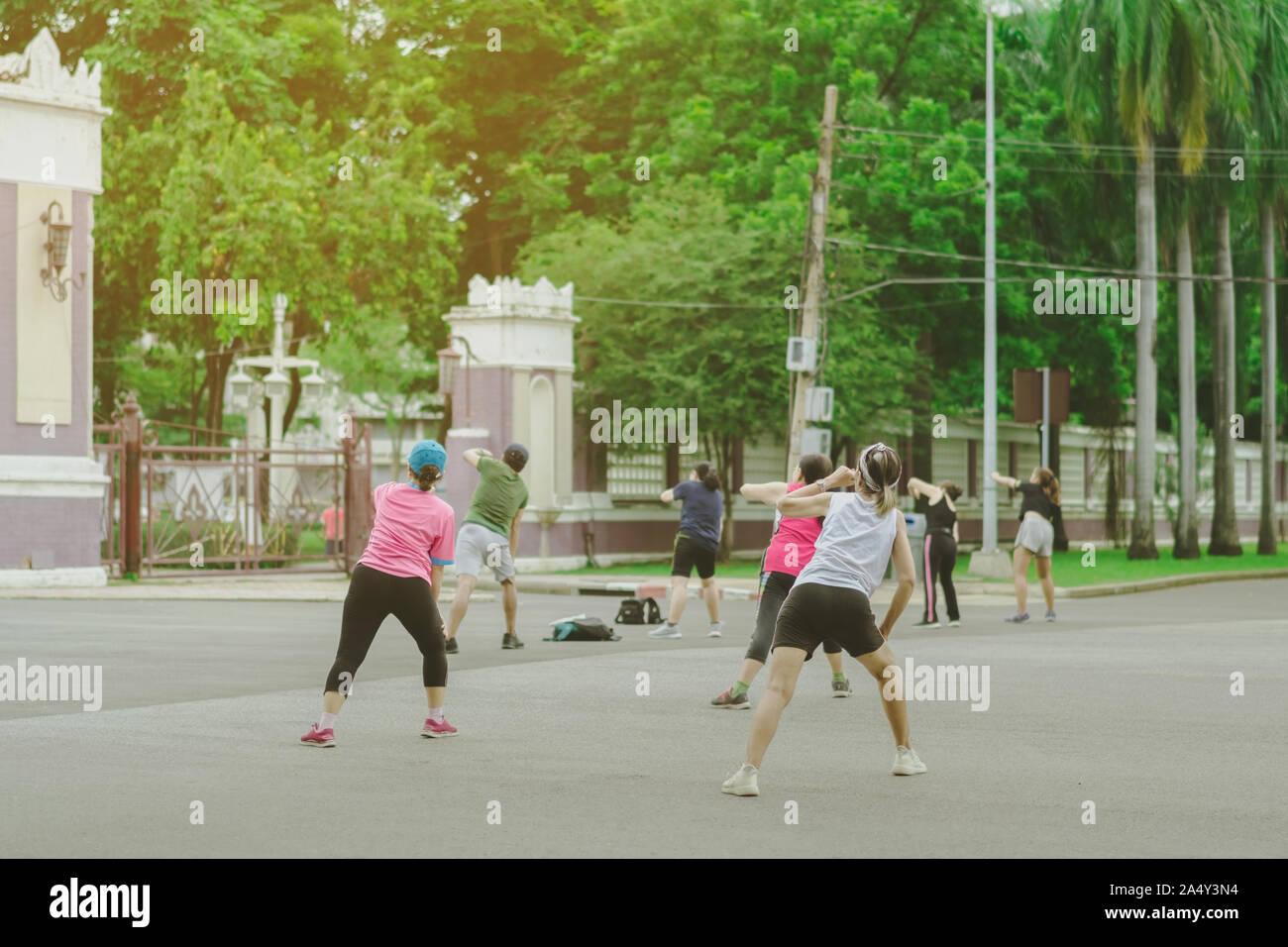 Grupo de ancianos amigo haciendo danza aeróbica después de trabajar juntos en el Parque Lumpini en Bangkok, Tailandia. Foto de stock