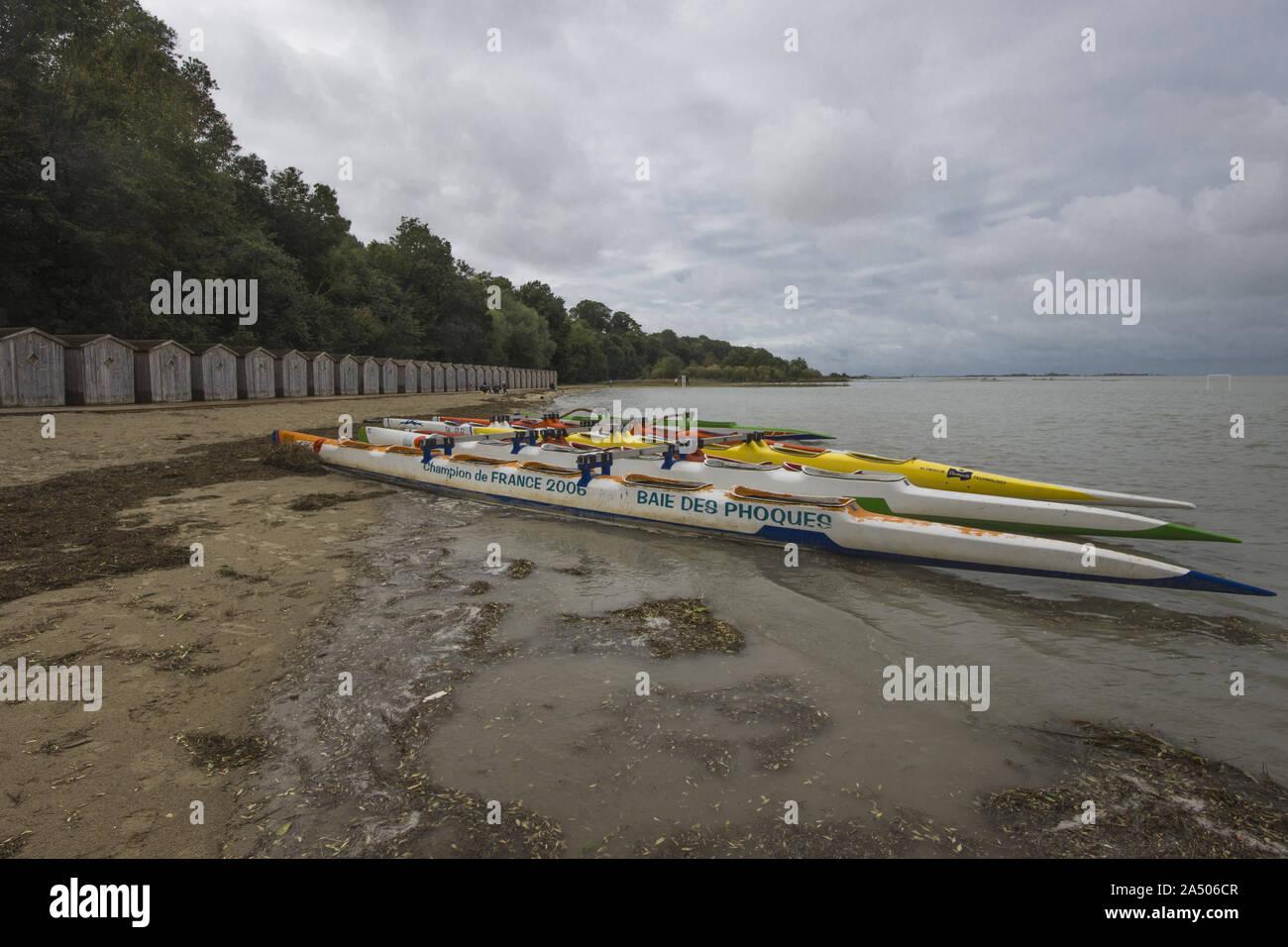 Les cabines de plage de Saint valery sur Somme en fin de saison, au bord de la Baie de Somme en octobre.Piraguas eau bord de l'eau cap hornu. Foto de stock