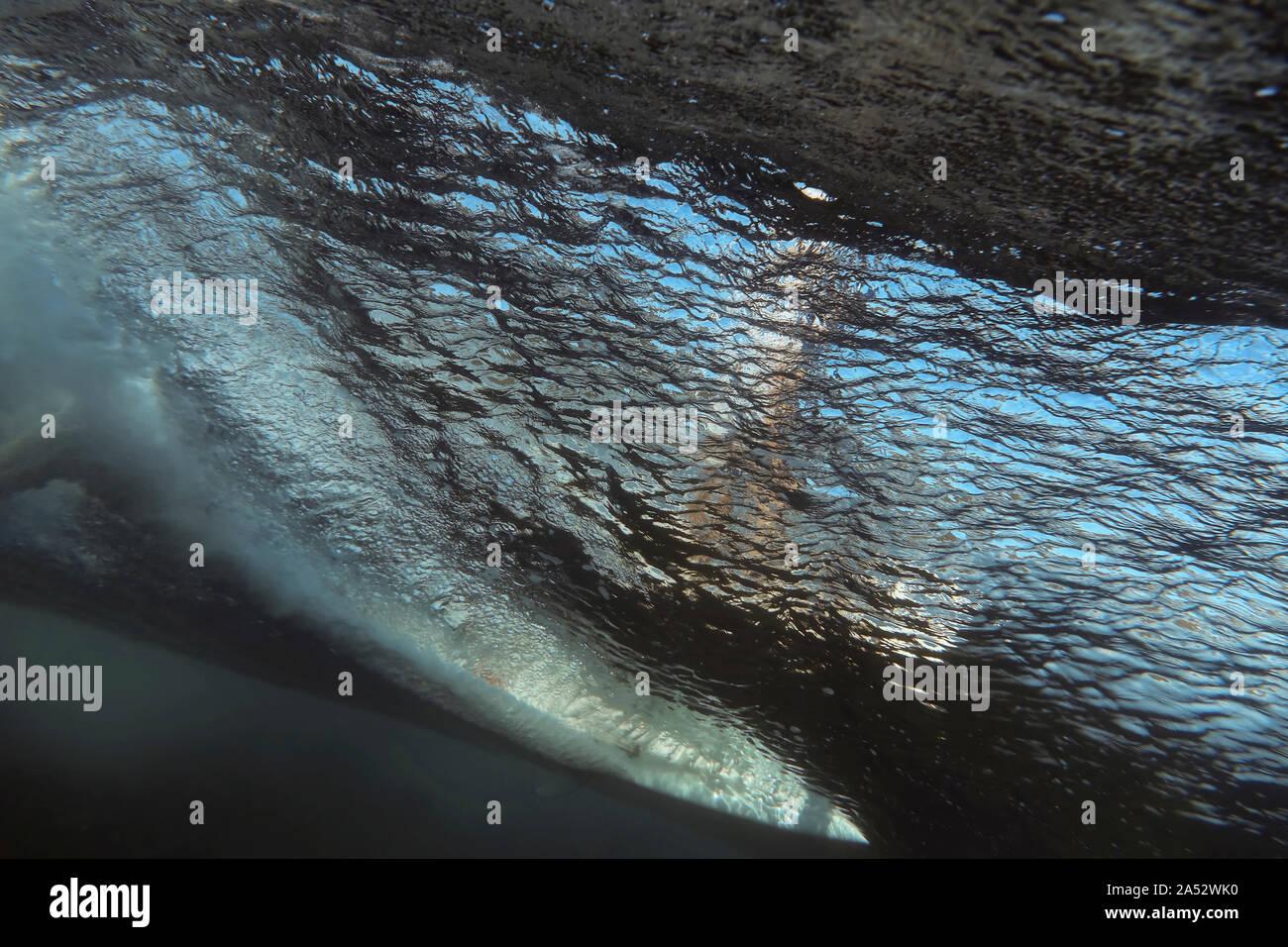 Bajo el agua vista de onda, navegante de surfboard, Sumbawa, Indonesia Foto de stock