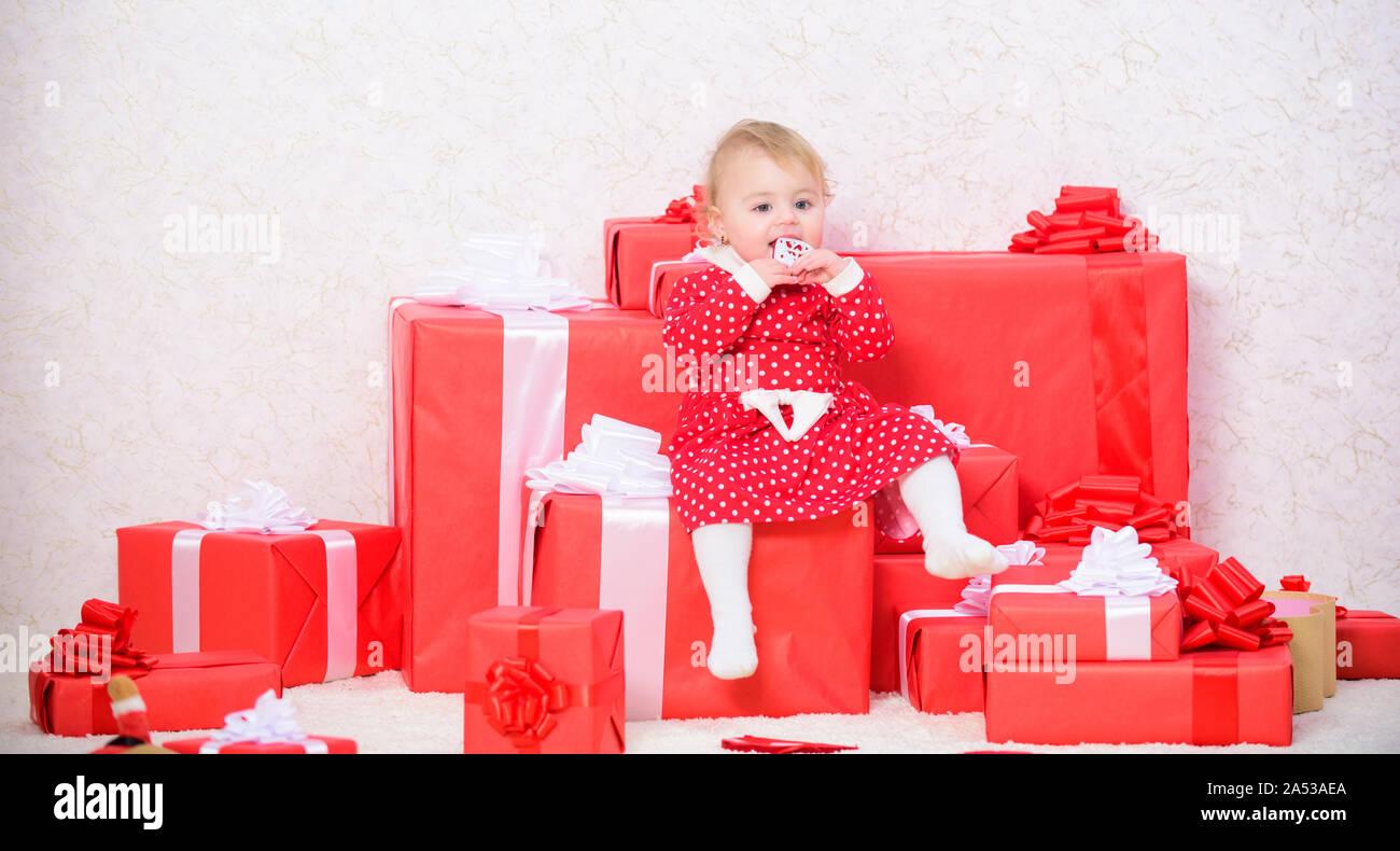 Regalos Para Ninos Pequenos.Little Baby Girl Play Cerca De La Pila De Cajas De Regalo