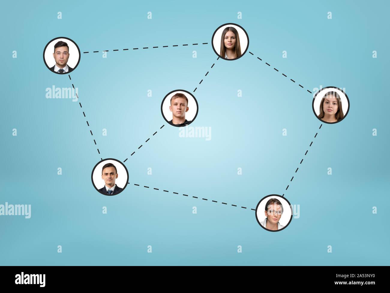 Iconos de redes sociales conectadas por líneas punteadas sobre fondo azul. Foto de stock