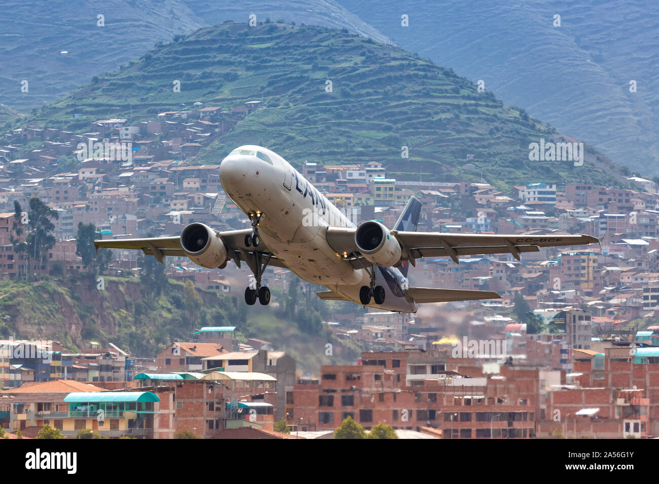 Cusco Peru Febrero 2 2019 El Avion Airbus A319 De Lan Al Aeropuerto De Cusco Cuz En Peru Fotografia De Stock Alamy