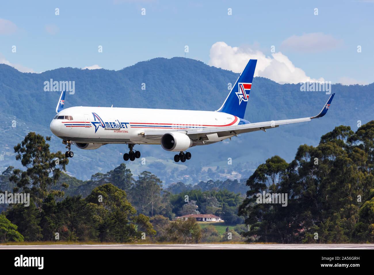 Medellín, Colombia - Enero 25, 2019: AmeriJet International Boeing 767-300F avión al aeropuerto de Medellín (MDE) en Colombia. Foto de stock