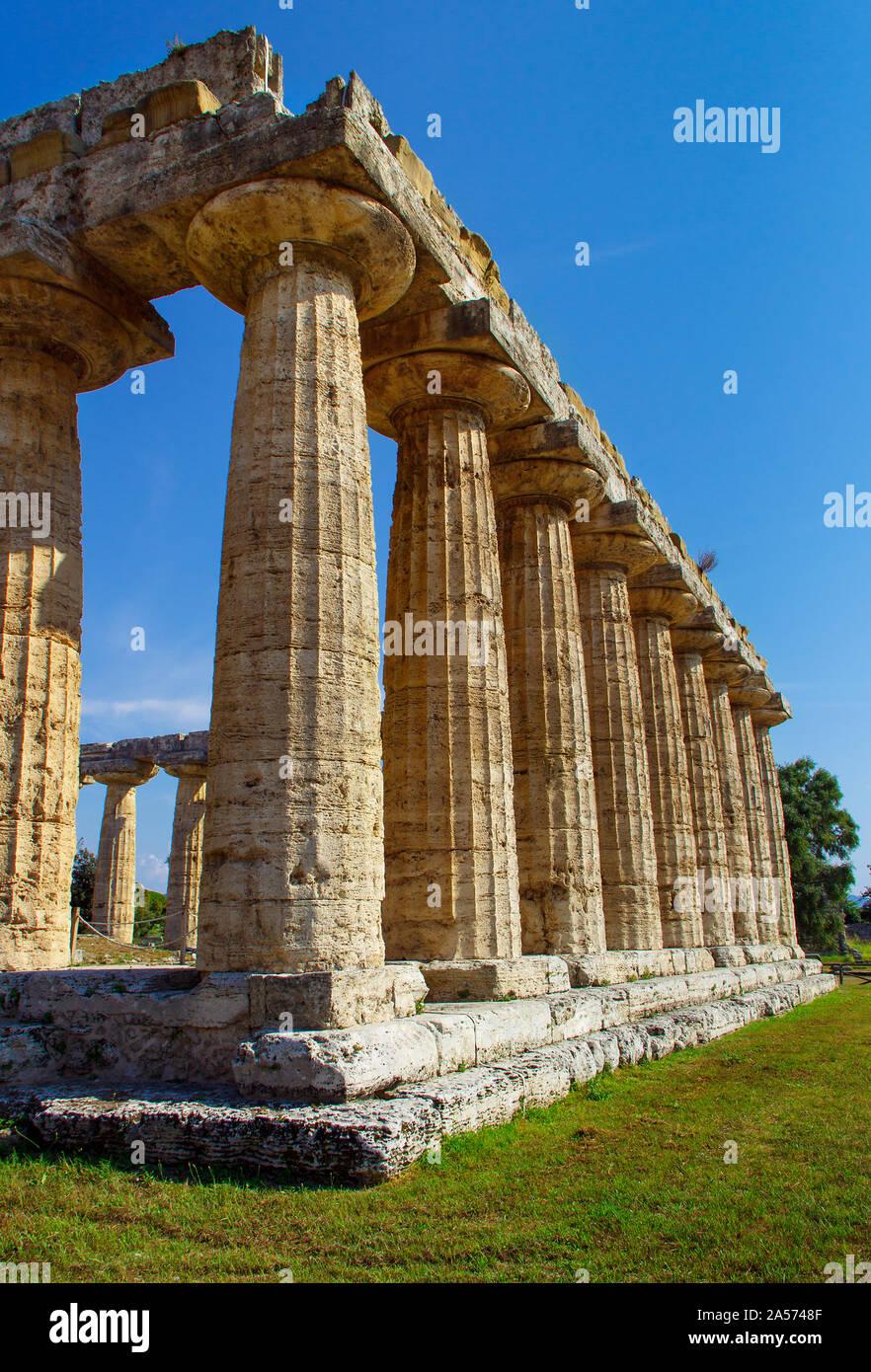 El templo griego de HERA II en el sitio arqueológico de Paestum (Poseidonia), Salerno, Campania, Italia Foto de stock