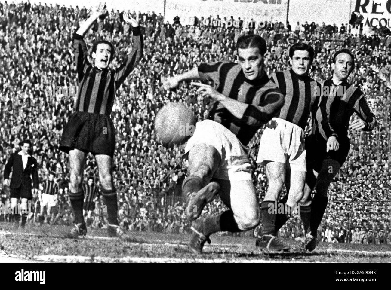 De Milán, del estadio de San Siro, el 25 de marzo de 1951. Gunnar Nordahl Rossonero (centro) marcó el gol decisivo en el derbi de Milán entre Inter y Milán (0-1), válido para la 29ª jornada de la Serie A italiana de 1950- 51. Foto de stock