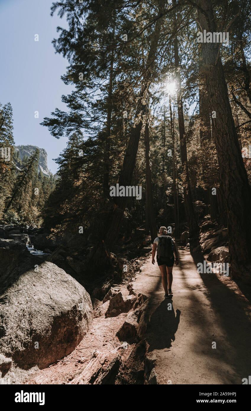 Parque Nacional Yosemite en California Caminata Cascada Nevada Foto de stock