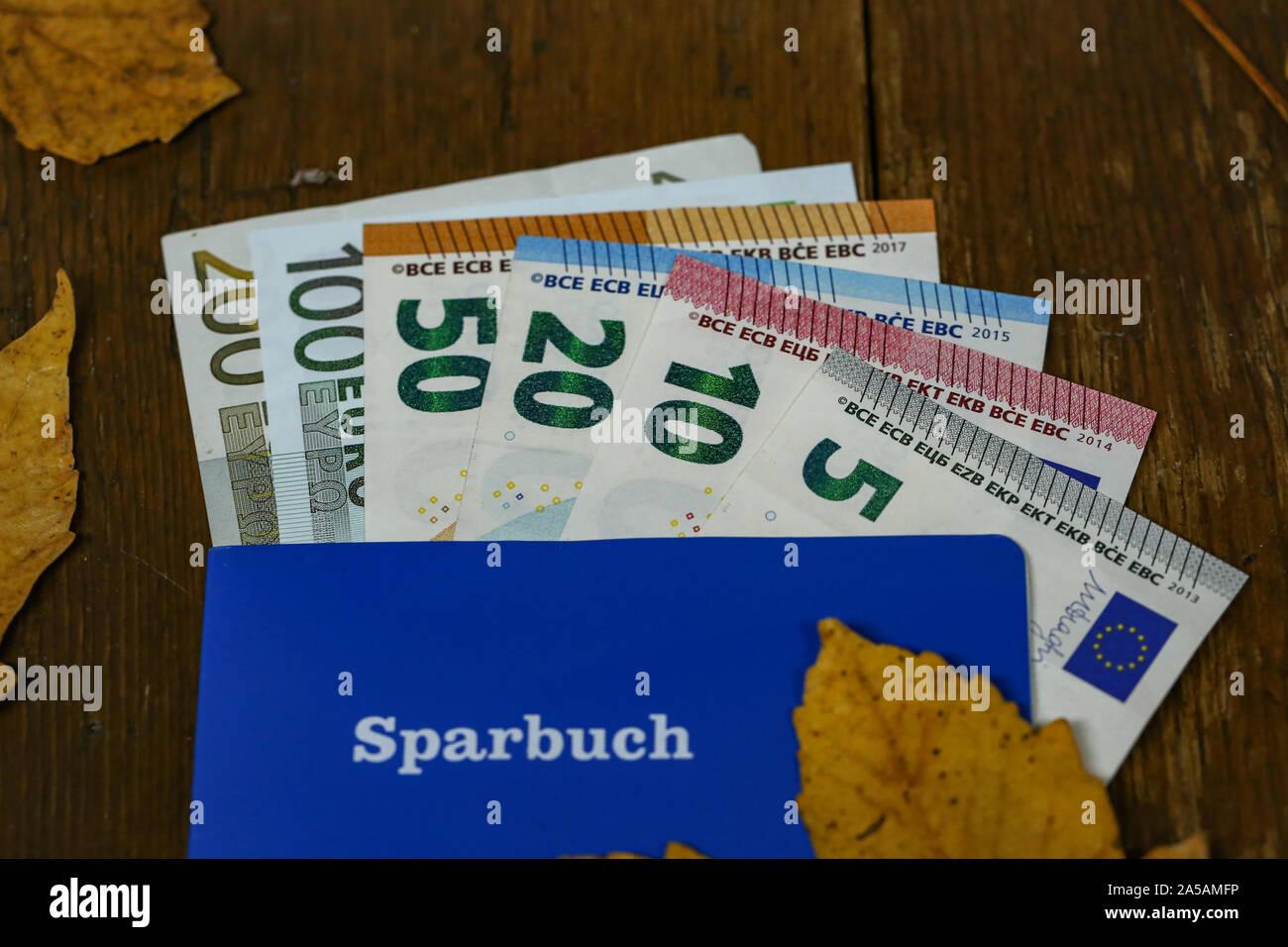 Euro dinero en una libreta de ahorro en una tabla. Texto en alemán - cartilla Foto de stock