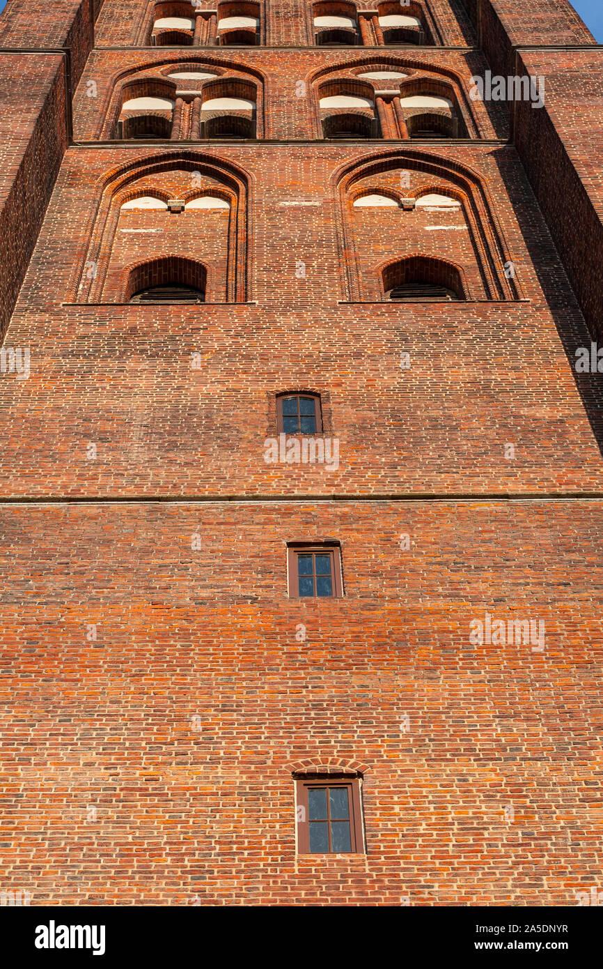 El campanario de la basílica gótica de la Asunción de la santísima Virgen María, visto desde la parte delantera inferior, Gdansk, Polonia, Europa Foto de stock