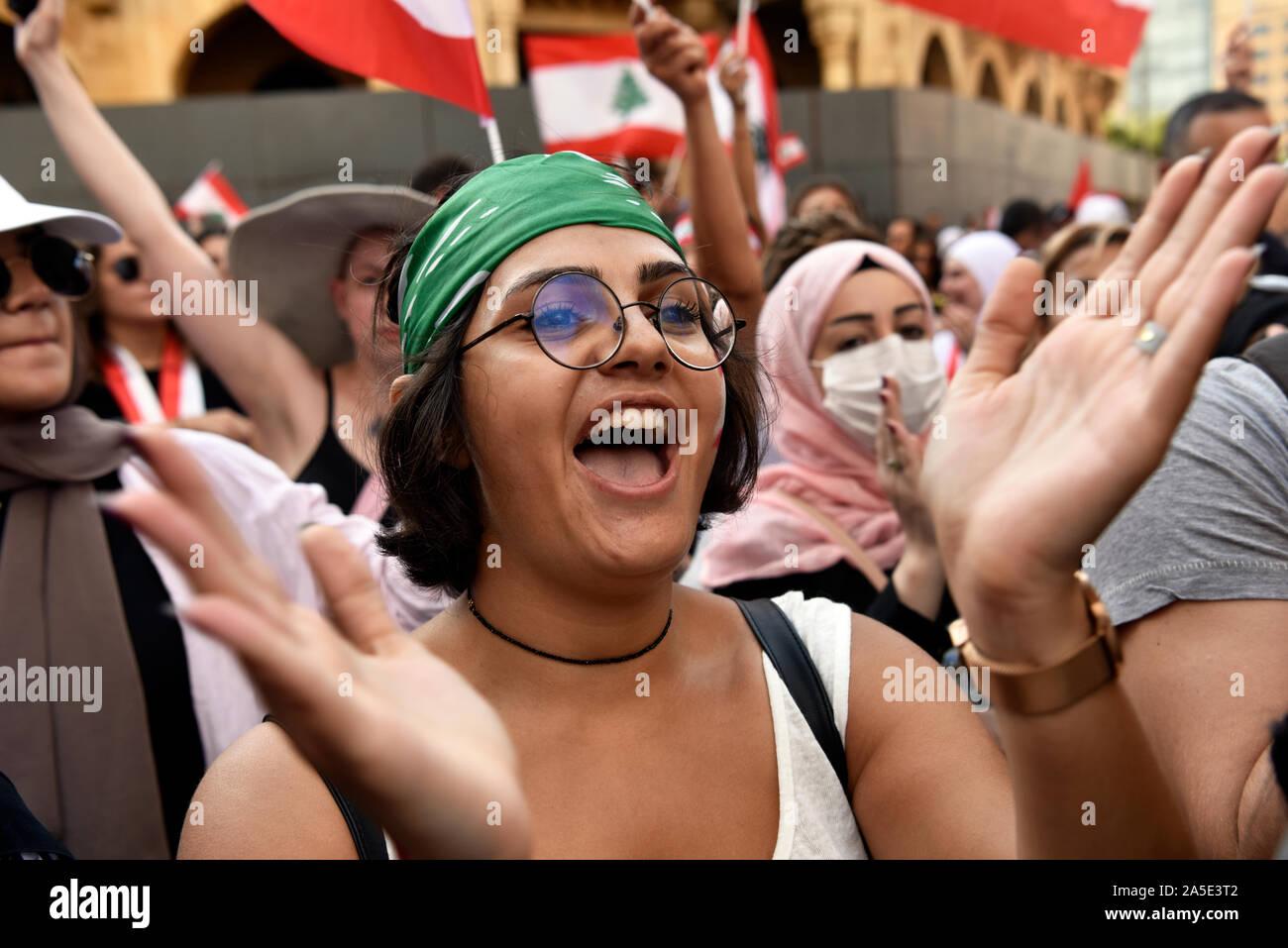 Joven libanesa unida a sus conciudadanos durante las protestas contra el gobierno, el centro de Beirut, Líbano. 19 de octubre de 2019 Foto de stock