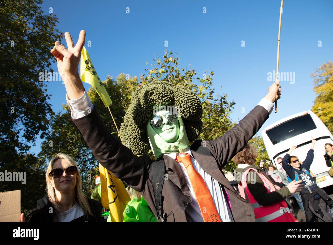 Señor brócoli o Roland Everson visto en Park Lane, Londres durante una marcha de protesta por el movimiento de rebelión Animal, una rama de extinción rebelión. Foto de stock