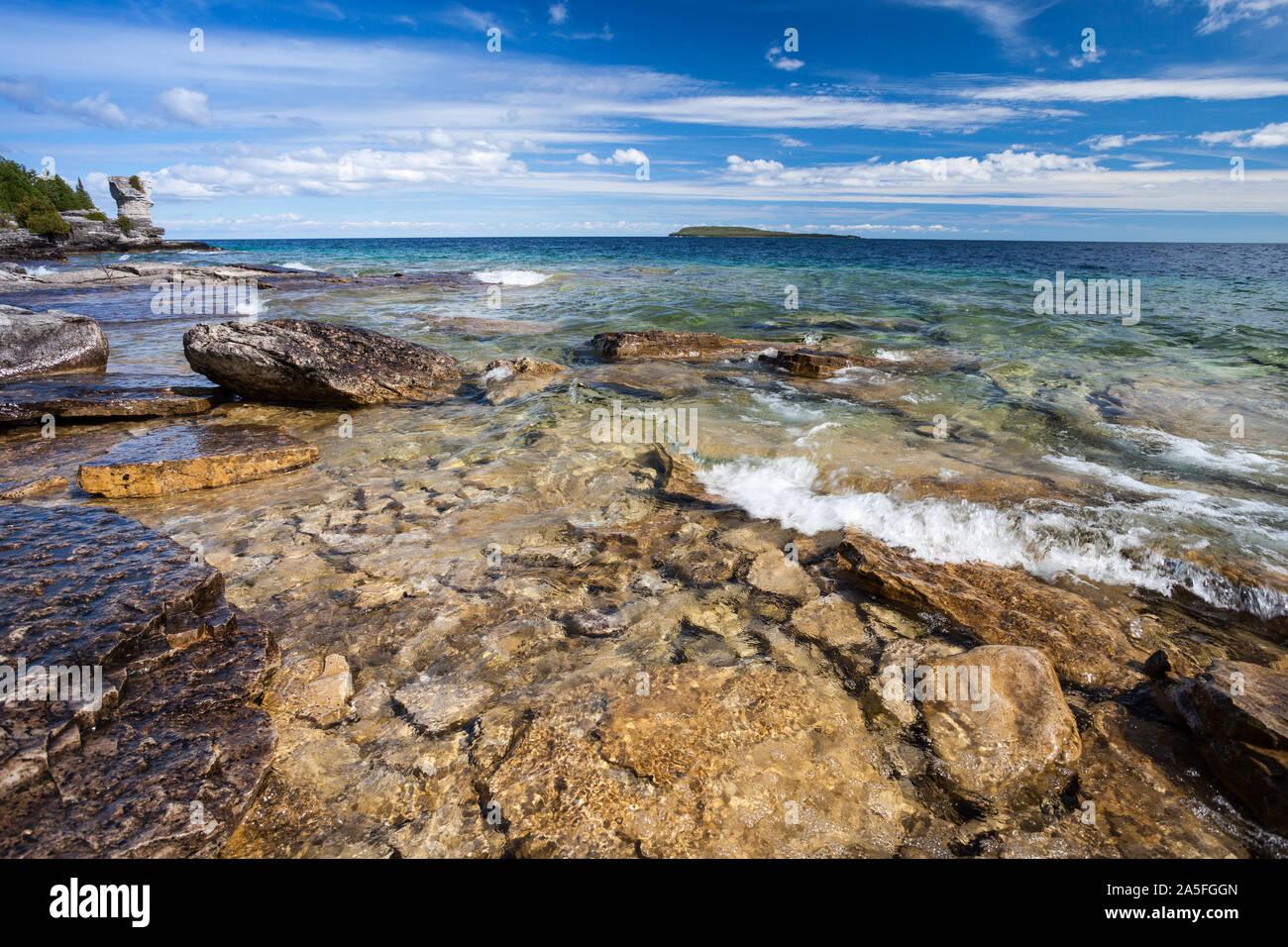 Vista del Lago Huron desde playa de grava de maceta Isla. Ontario, Canadá Foto de stock