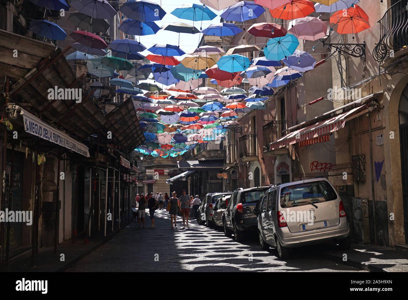 Las coloridas sombrillas del paraguas del proyecto de cielo en Via Gisira y Via Pardo, Catania, Italia Sicly Foto de stock