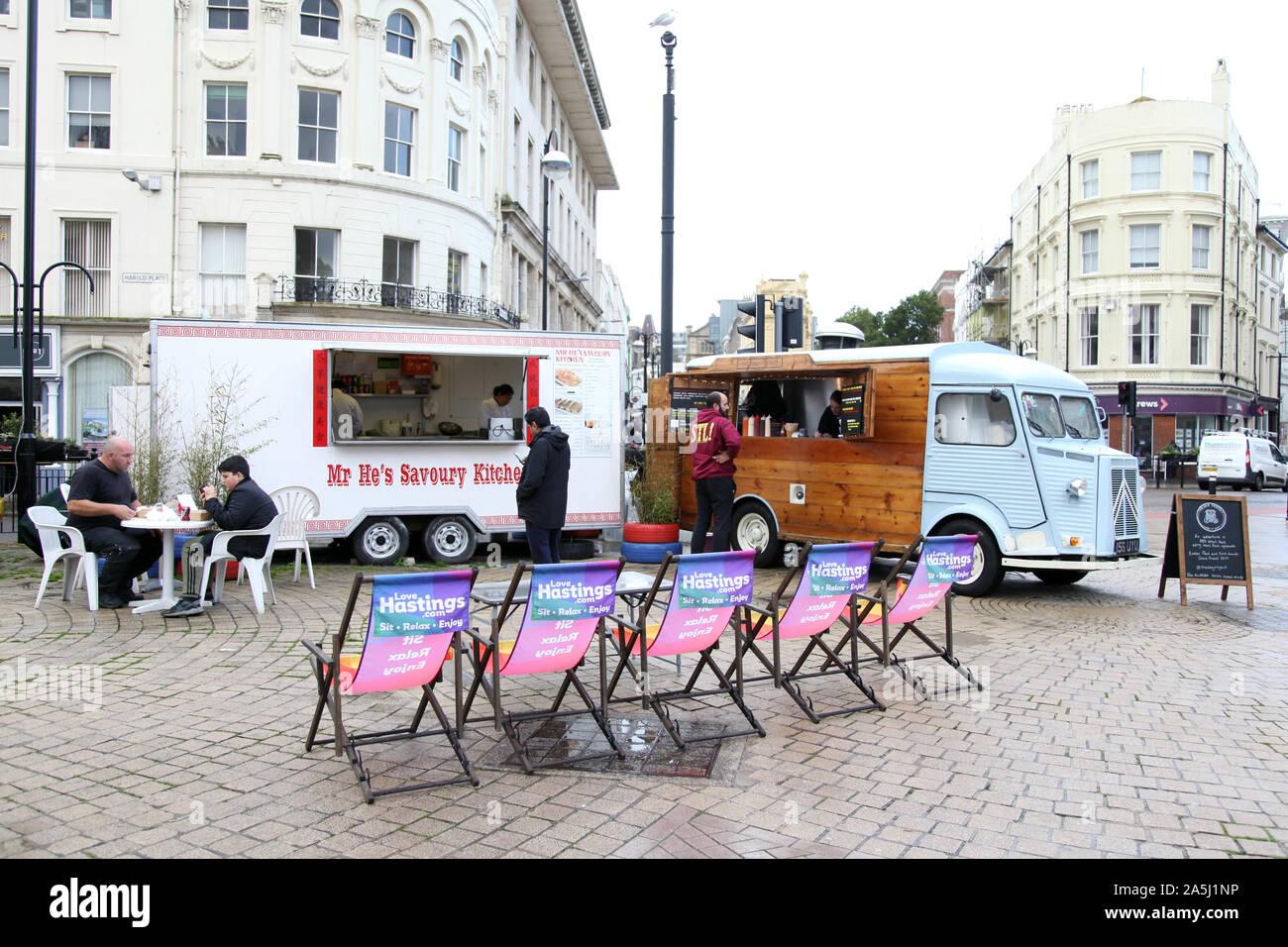 Una vista de la calle Hastings con tumbonas y Citroën H comida furgonetas sirviendo comida para llevar, 2019, Octubre Foto de stock