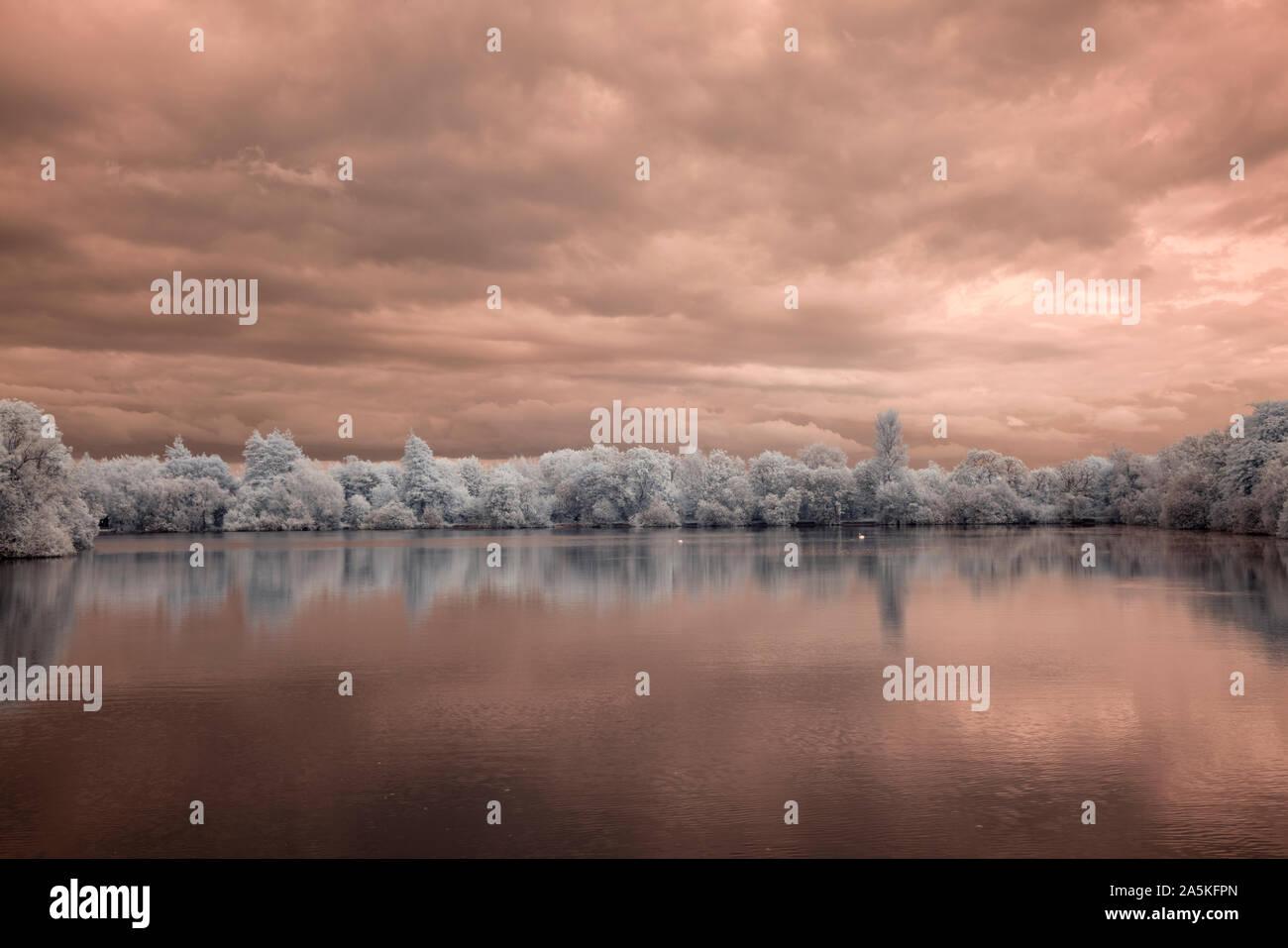 El lago a Neighbridge en el Cotswold Water Park shot en luz infrarroja Foto de stock