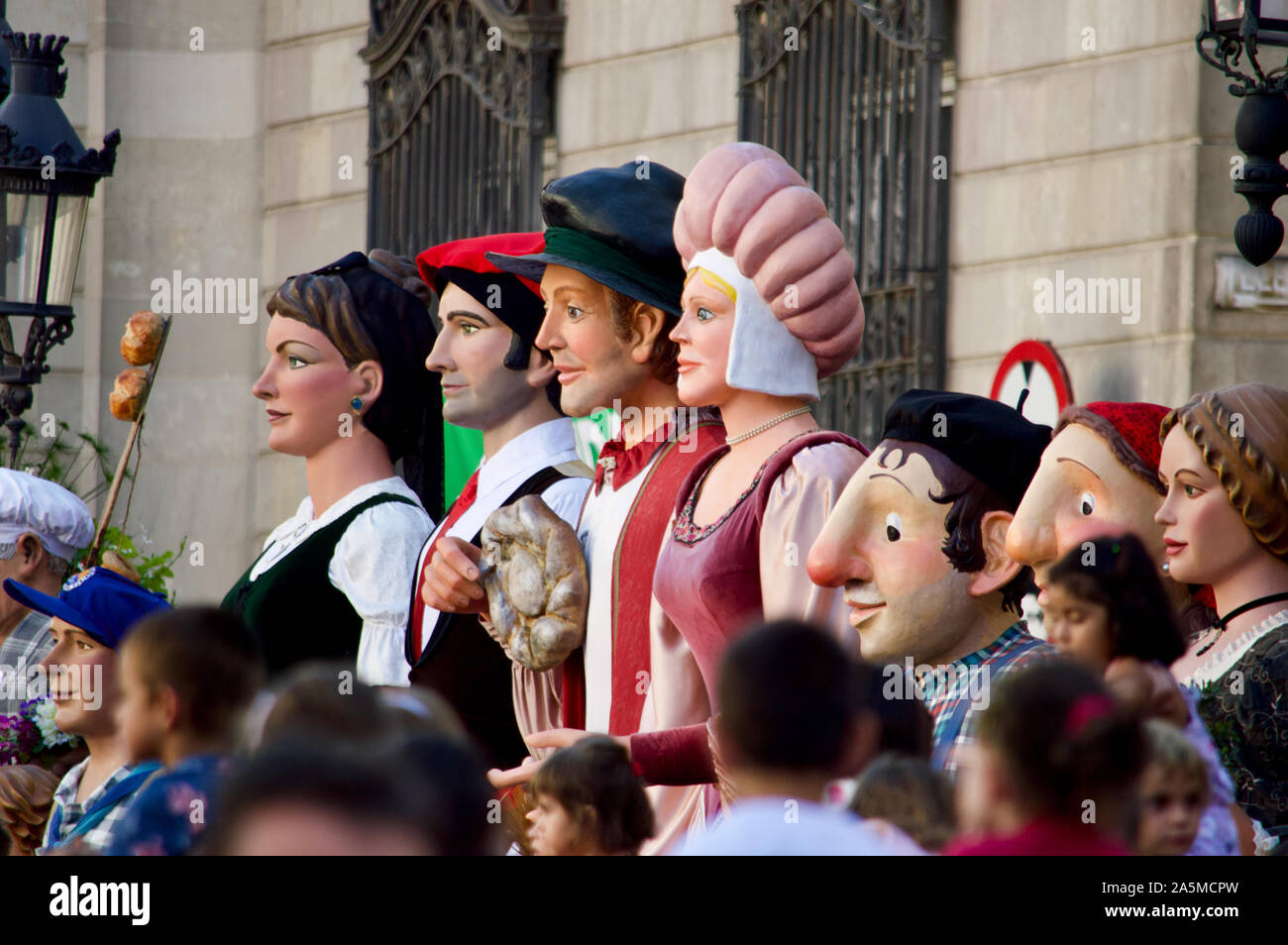 El desfile de gigantes durante la Merce Festival 2019 en la Plaça de Sant Jaume, en Barcelona, España Foto de stock