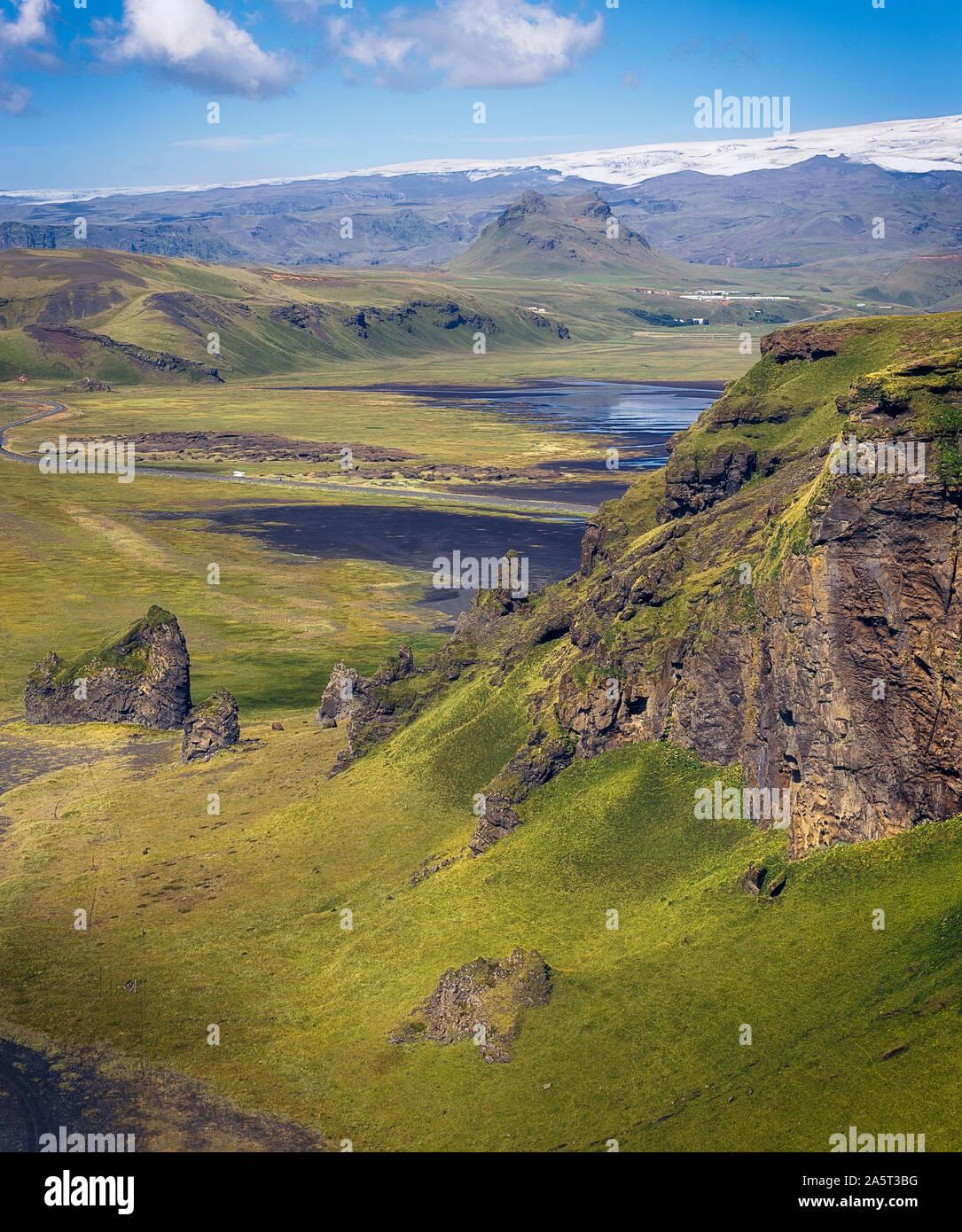 Hermosa y verde paisaje visto desde Dyrhólaey, Islandia Foto de stock