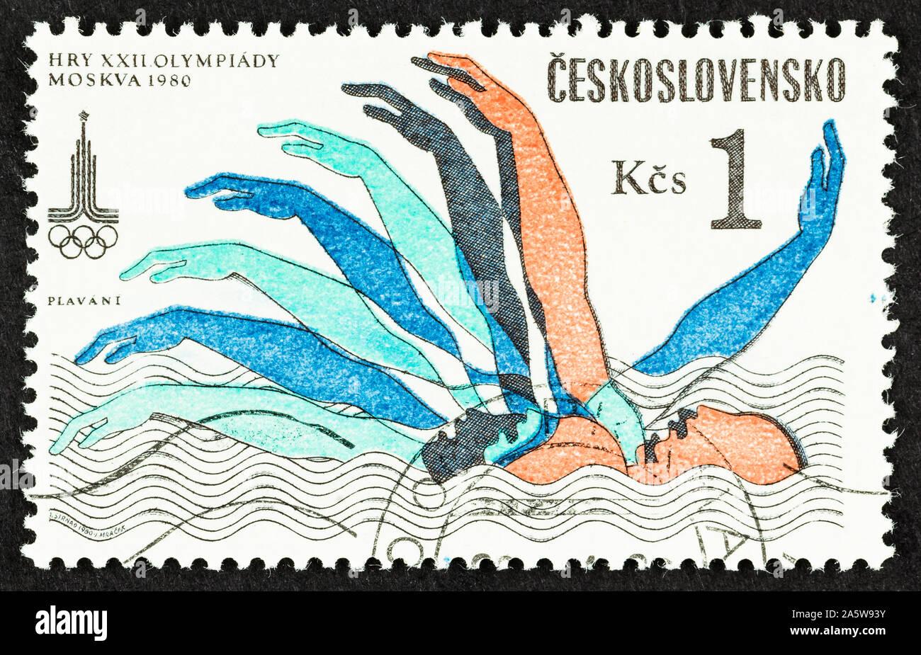 Cerca de Checoslovaquia Postage Stamp, disponiendo de nadador, conmemora el XXII Juegos Olímpicos de Verano de Moscú. Scott # 2547. Foto de stock