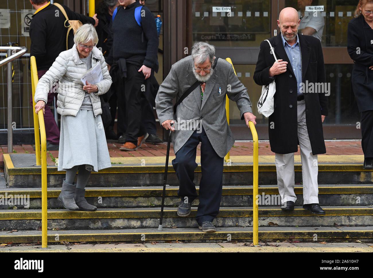"""(De izquierda a derecha) Extinción activistas rebelión Ursula Pethick, de 83 años, John Lynes, 91 y Juan Halladay, de 61 años, dejando a Folkestone, magistrados de la corte donde se apareció por su parte en el """"bloqueo"""" del puerto de Dover en septiembre. Foto de stock"""