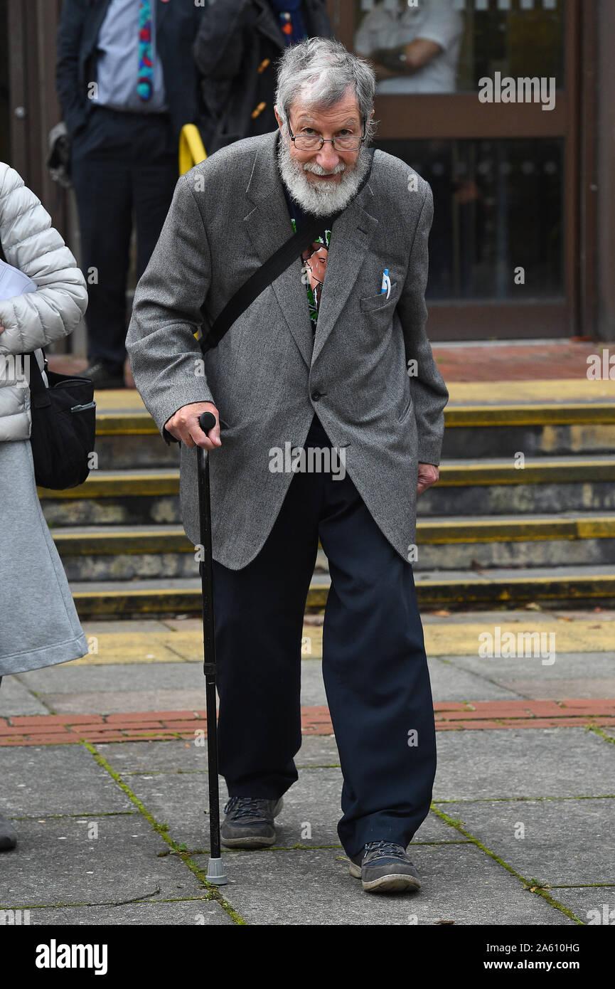 Extinción rebelión activista John Lynes, 91, dejando a Folkestone, magistrados de la Corte donde él negó desobedecer una condición de policía durante una manifestación como Rebelión de extinción activistas preguntaron al bloqueo del puerto de Dover. Foto de stock
