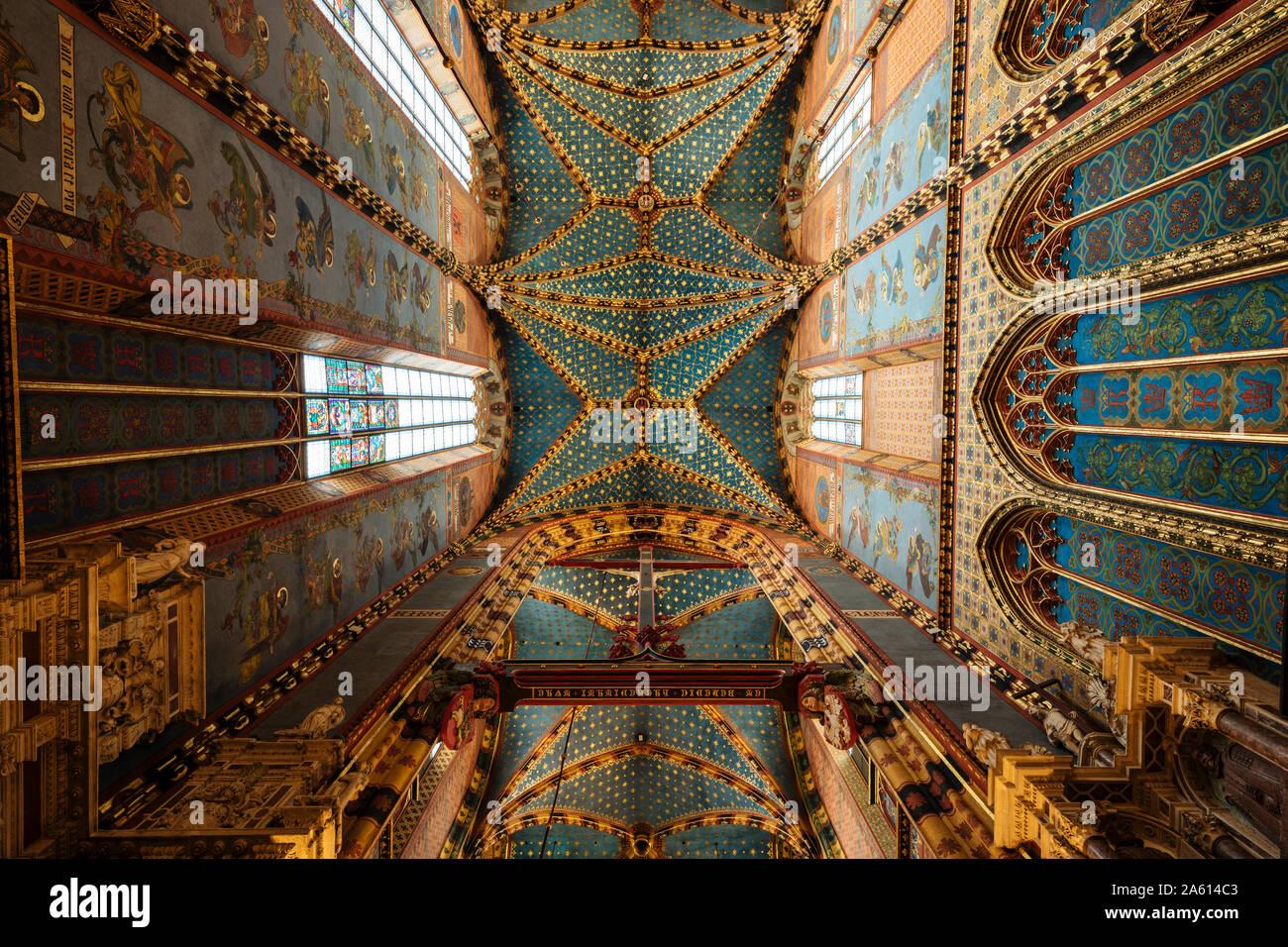 Interior de la Basílica de Santa María (Bazylika Mariacka), Sitio de Patrimonio Mundial de la UNESCO, Cracovia, Malopolskie, Polonia, Europa Foto de stock