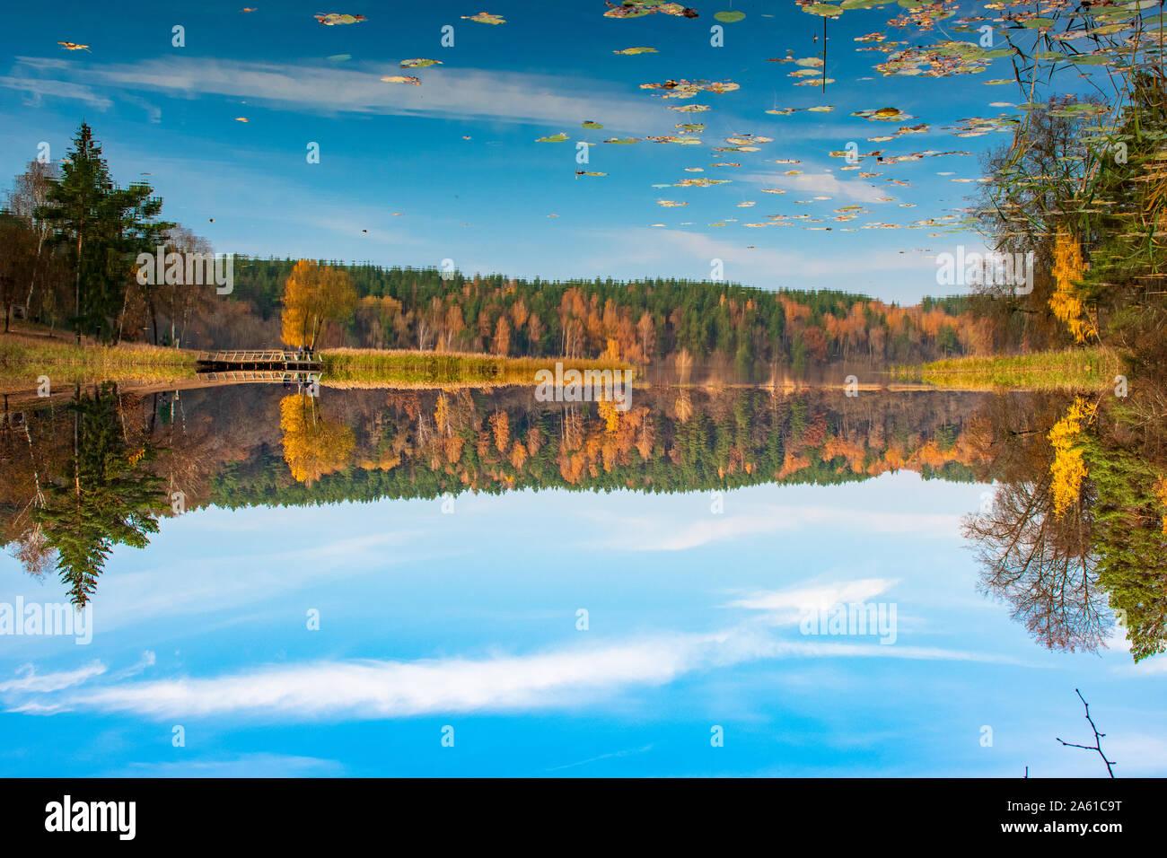 Reflexiones de otoño. Hermoso paisaje otoñal con lago y aguas tranquilas, bosque con el amarillo, el naranja y el verde de los árboles, Octubre, Noviembre antecedentes Foto de stock
