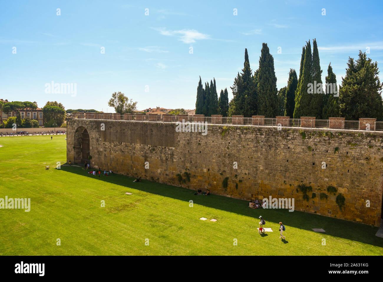 Un alto ángulo de visualización de la famosa Piazza dei Miracoli, en Pisa desde la pasarela elevada sobre las antiguas murallas de la ciudad en un día soleado de verano, Toscana, Italia Foto de stock