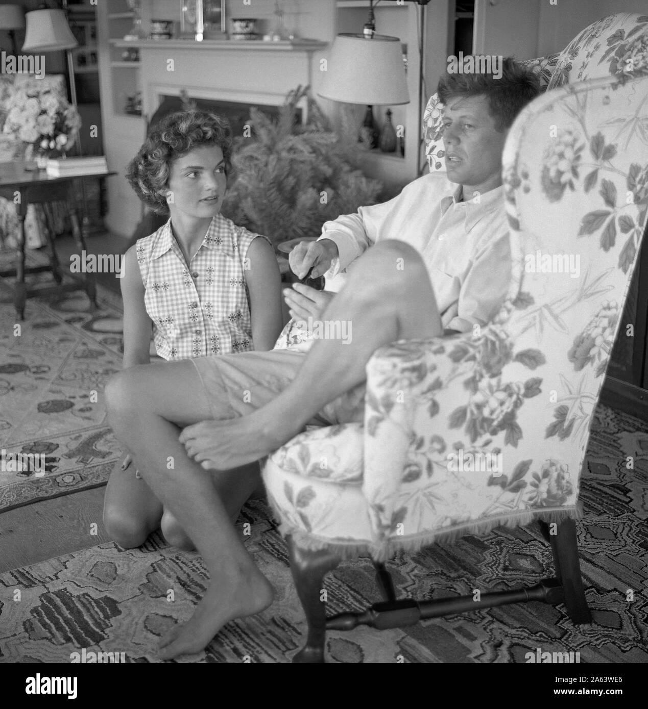 Puerto de Hyannis, MA - JUNIO DE 1953: el senador John F. Kennedy y novio Jacqueline Bouvier son entrevistados por una revista vida historia mientras está de vacaciones en el complejo Kennedy en junio de 1953 en el puerto de Hyannis, Massachusetts. (Foto por Hy Peskin) Foto de stock