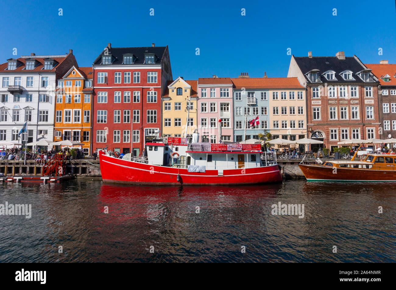 Vista del viejo puerto Nyhavn en el centro de Copenhague, Dinamarca. Disfrute de la bella Copenhague a través de los canales históricos de la ciudad Foto de stock