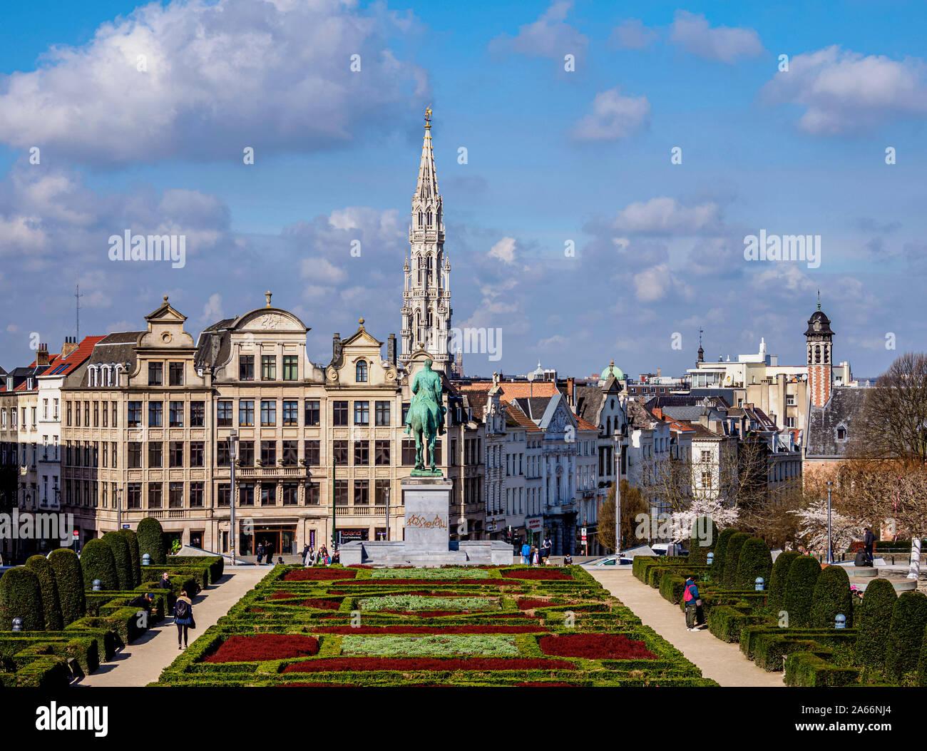 Vistas del Mont des Arts Jardín Público hacia el Ayuntamiento Spire, Bruselas, Bélgica Foto de stock