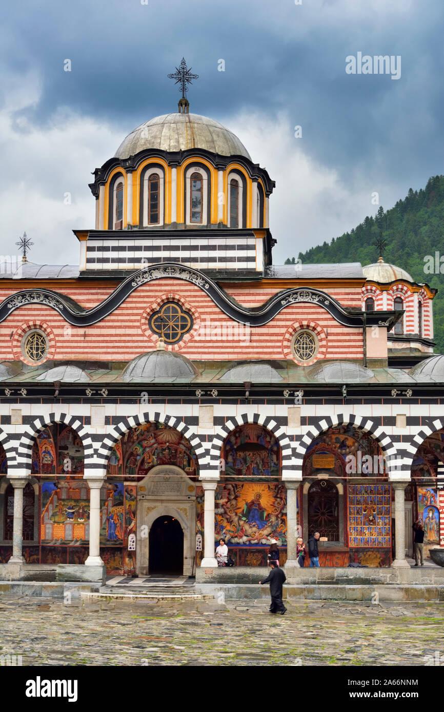 La Iglesia de la Natividad de la Virgen Madre y el patio. Monasterio de Rila (Monasterio de San Iván de Rila), el monasterio ortodoxo oriental más grande en Bulgaria. Un sitio de Patrimonio Mundial de la UNESCO. Las montañas de Rila, Bulgaria Foto de stock