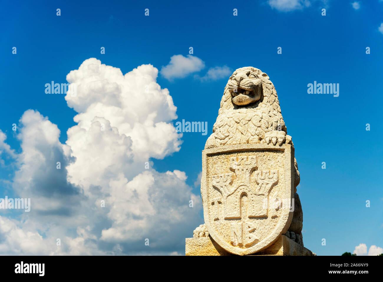 Un poderoso león los guardias de la entrada de la fortaleza Tsarevets. Veliko Tarnovo, Bulgaria Foto de stock