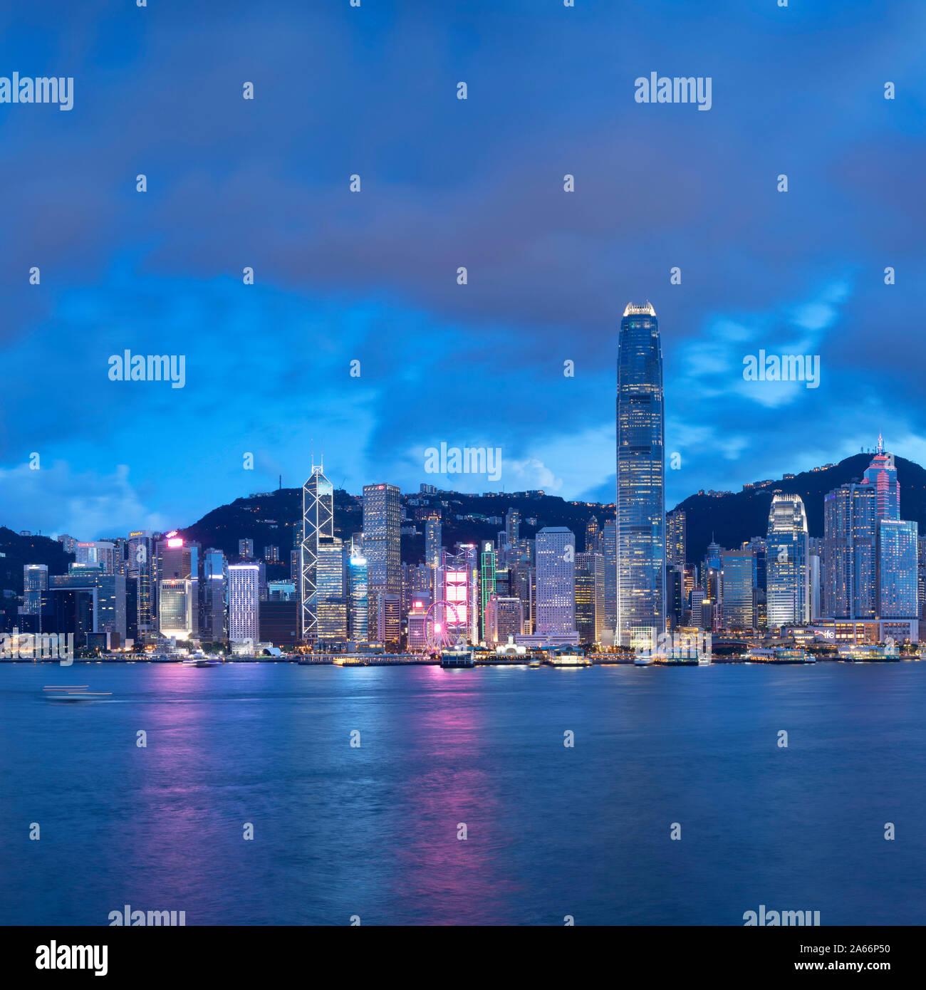 El horizonte de la isla de Hong Kong al anochecer, Hong Kong, China Foto de stock