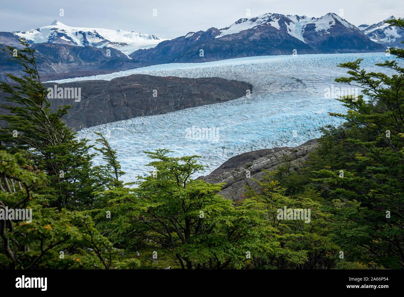Glaciar Grey, rodeado de montañas, el Parque Nacional Torres del Paine, Región de Magallanes, Chile Foto de stock