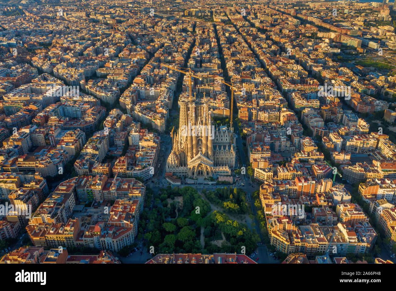 España, Cataluña, Barcelona, vista aérea del barrio de l'Eixample y la Catedral de la Sagrada Familia Foto de stock