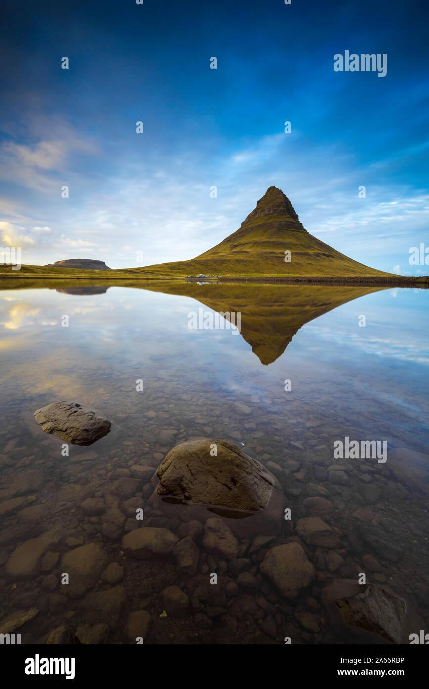 Reflejo de montaña Kirkjufell, agua quieta, en el oeste de la península de Snaefellsness Islandia Islandia Foto de stock