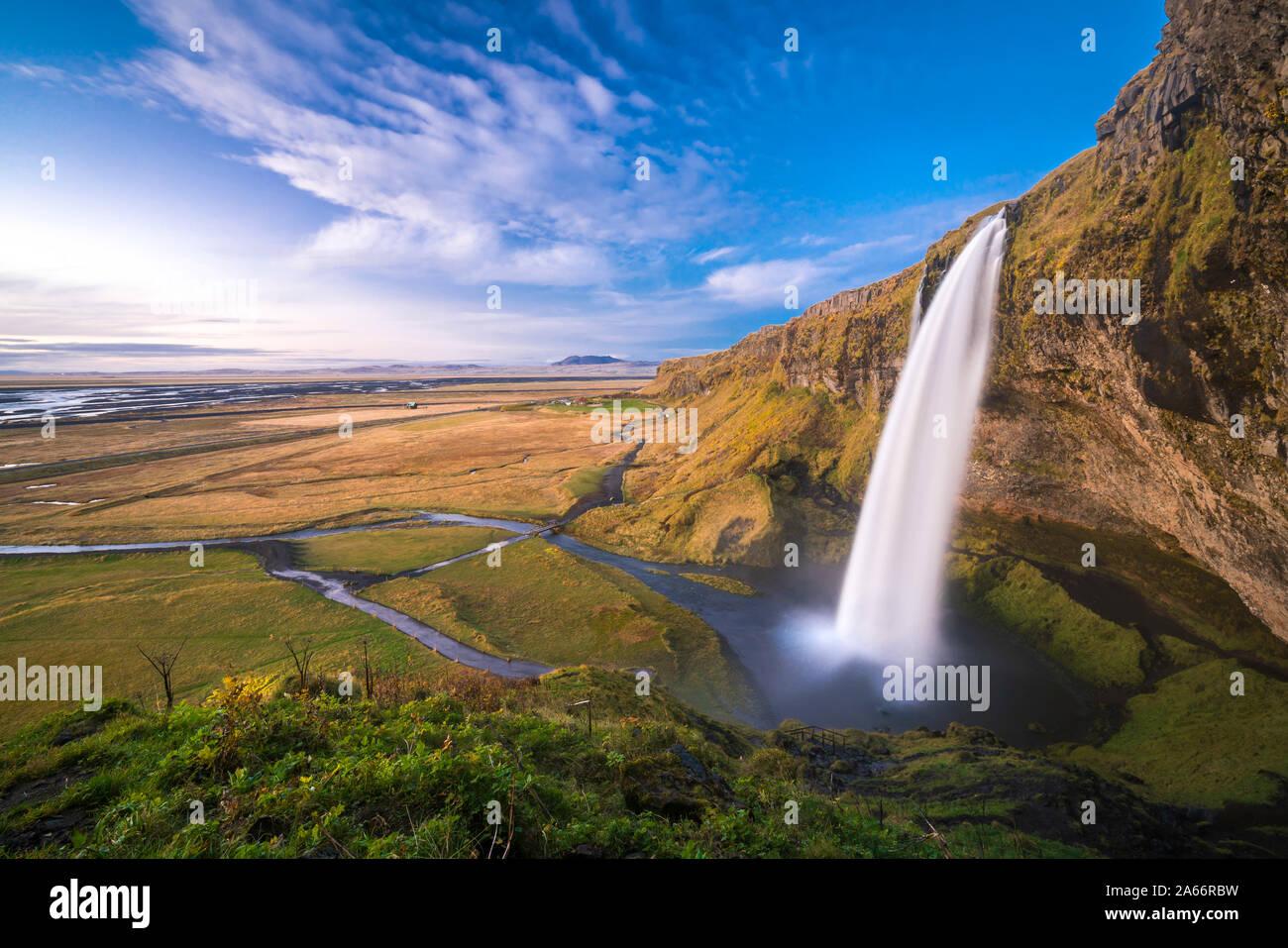 Vista panorámica de la cascada Seljalandsfoss de Hill, en el sur de Islandia, Islandia Foto de stock