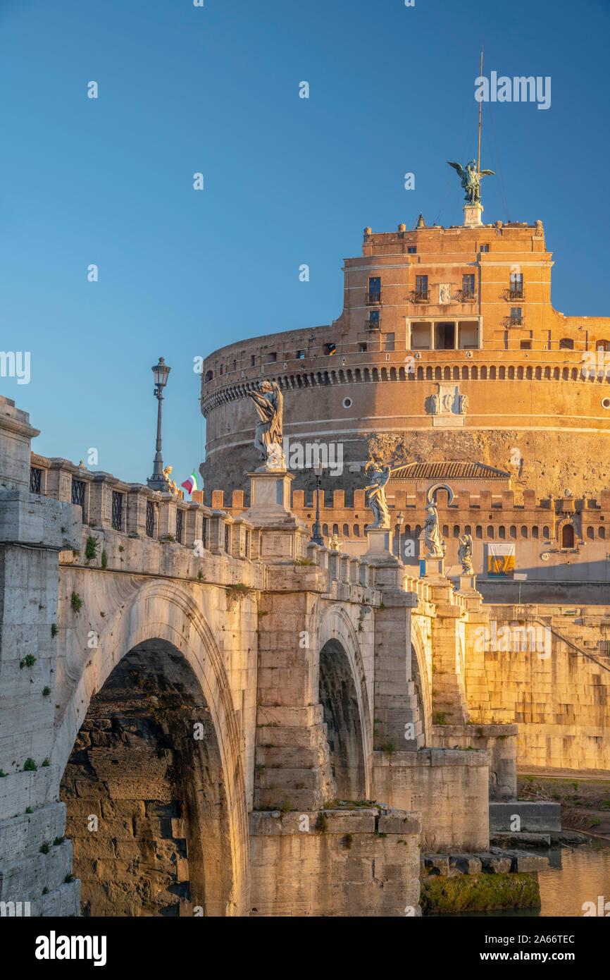 Italia, Lazio, Roma, San Angelo Puente, el Ponte Sant'Angelo y el Castel Sant'Angelo Foto de stock