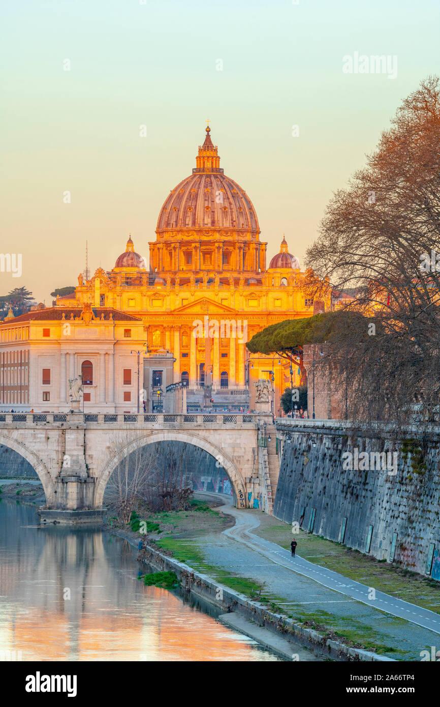 Italia, Lazio, Roma, Río Tíber, la Basílica de San Pedro Foto de stock
