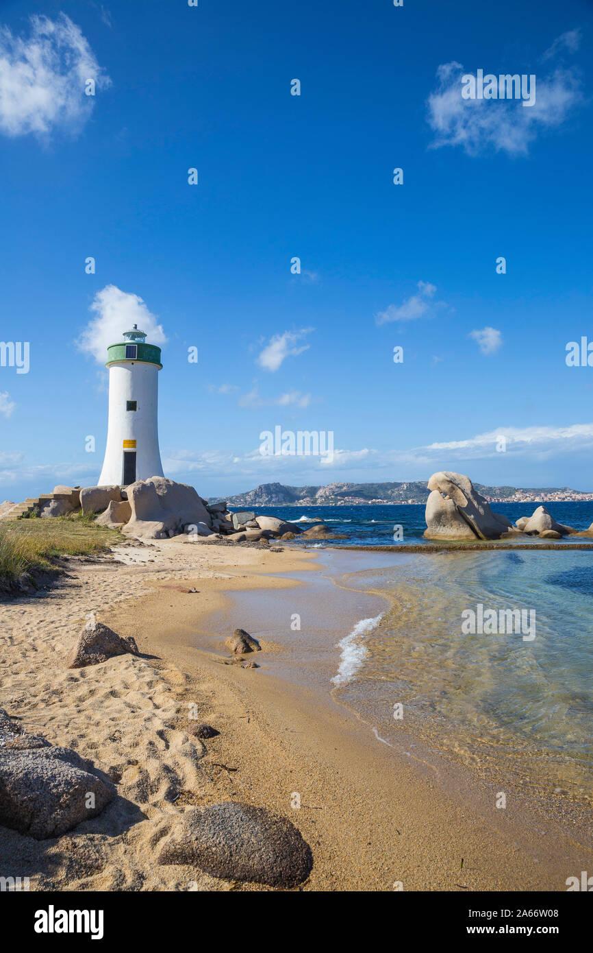 Italia, Cerdeña, provincia de Sassari, Palau, Porto Faro Faro con La Maddalena isla a distancia Foto de stock