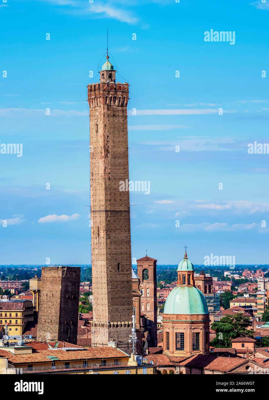 Vista hacia la torre Asinelli, Bolonia, Emilia-Romaña, Italia Foto de stock
