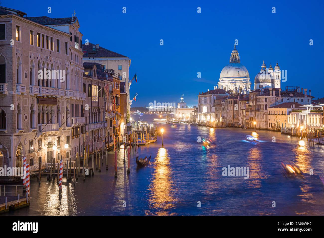 La Basílica di Santa Maria della Salute, el Gran Canal de Venecia, Véneto, Italia Foto de stock