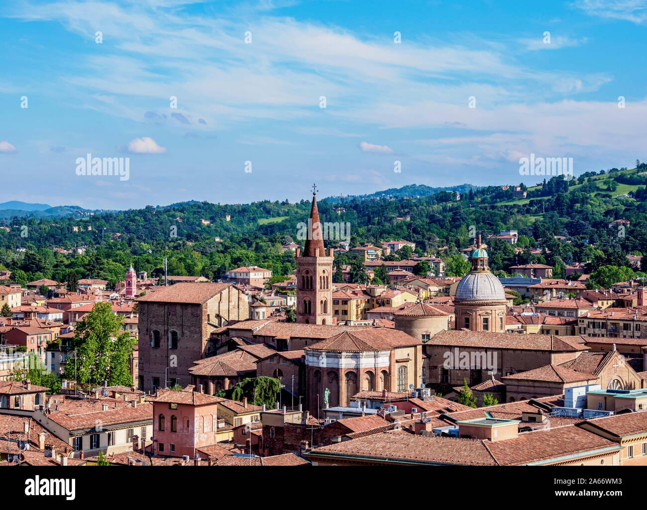 Vista hacia la Basílica de San Domenico, Bolonia, Emilia-Romaña, Italia Foto de stock