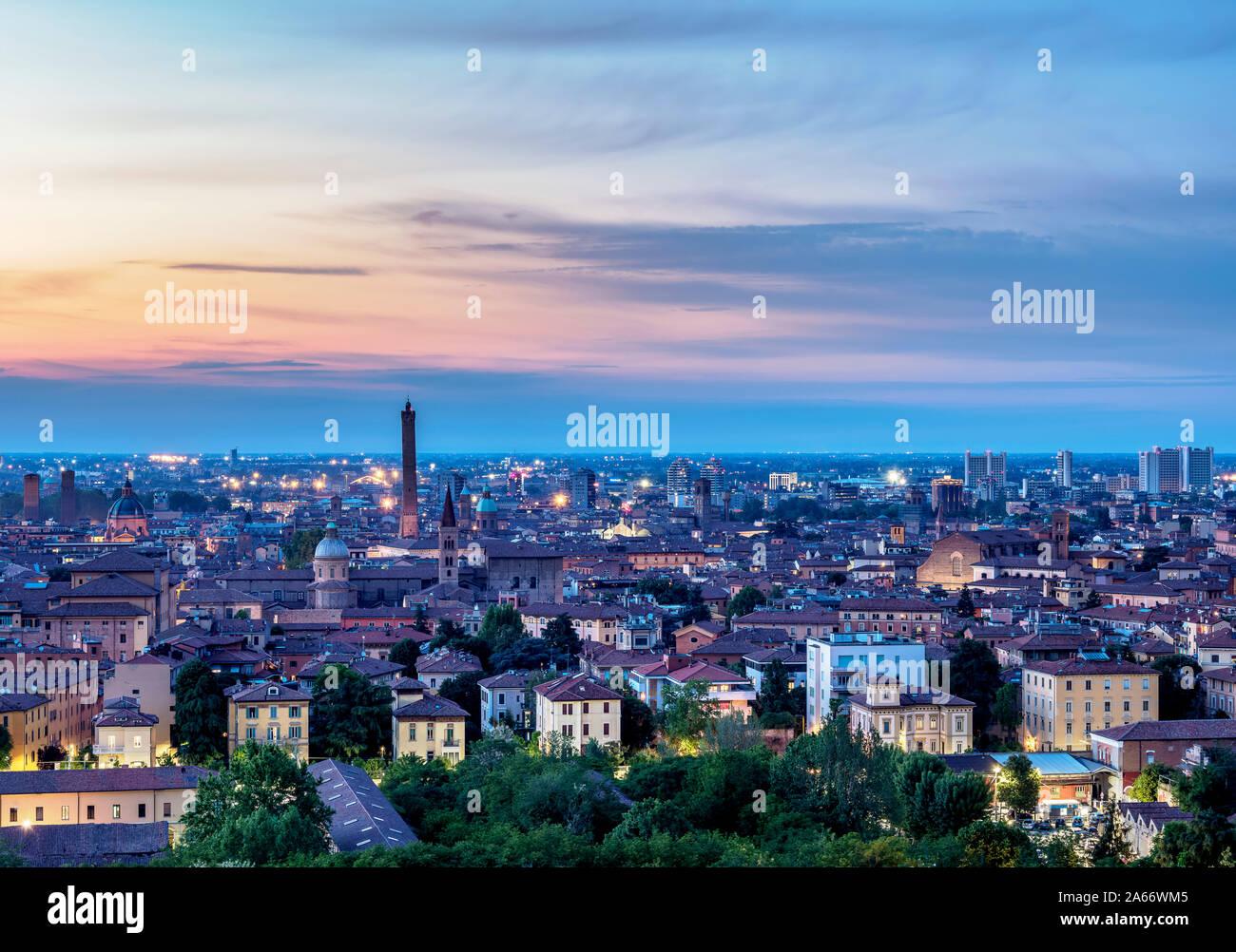 Paisaje urbano con la Basílica de San Domenico y la Torre Asinelli al atardecer, vista elevada, Bolonia, Emilia-Romaña, Italia Foto de stock