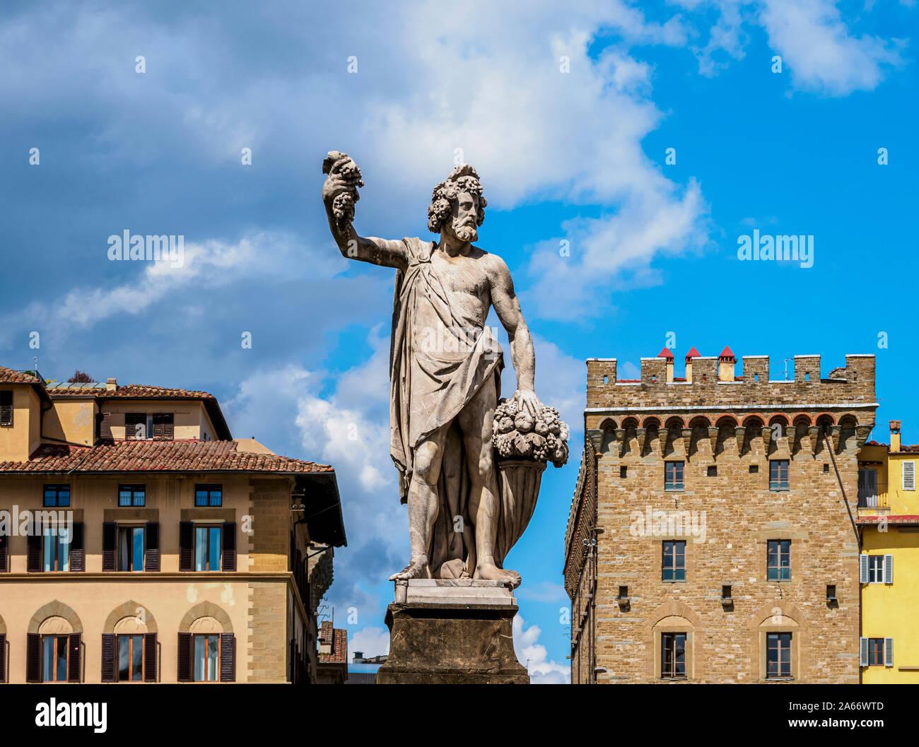 Escultura en el Ponte Santa Trinita, Florencia, Toscana, Italia Foto de stock