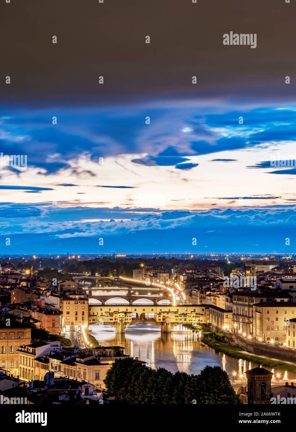 Paisaje urbano con el Ponte Vecchio y el río Arno, al anochecer, Florencia, Toscana, Italia Foto de stock